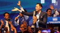 Ketua Kogasma Partai Demokrat, Agus Harimurti Yudhoyono (AHY) menyanyi bersama para pendukungnya di Djakarta Theater, Jakarta, Jumat (1/3) malam. Pidatonya mewakili Ketua Umum Partai Demokrat SBY karena masih di Singapura. (Liputan6.com/Angga Yuniar)
