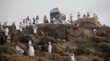 Para jemaah berdoa saat melaksanakan rangkaian ibadah haji di Padang Arafah, dekat Makkah, Arab Saudi, Kamis (30/7/2020). Hanya sekitar 1.000 jemaah yang diizinkan untuk melakukan ibadah haji tahun ini karena pandemi virus corona COVID-19. (Saudi Ministry of Media via AP)