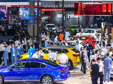 Orang-orang mengunjungi Pameran Otomotif Internasional Changchun China ke-17 di Changchun, Provinsi Jilin, China, pada 10 Juli 2020. Pameran Otomotif Internasional Changchun China yang berlangsung selama 10 hari ini dibuka pada Jumat (10/7). (Xinhua/Xu Chang)