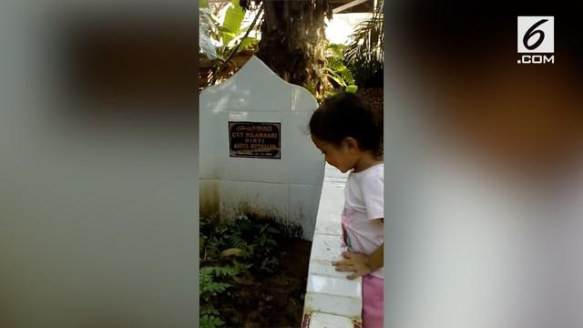 Seorang bocah belum mengerti ibundanya telah meninggal dunia. Saat berkunjung ke makam, bocah tersebut terus memanggil sang ibu.