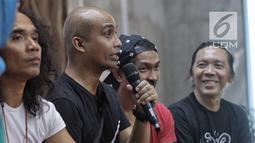 Ivanka Slank menjadi narasumber acara Halal Bihalal sekaligus Hari Anti Narkotika Internasional (HANI) di Markas Slank, Jakarta, Rabu (27/6). Personel Slank mengungkapkan proses mereka lepas dari jeratan kecanduan narkoba. (Liputan6.com/Faizal Fanani)