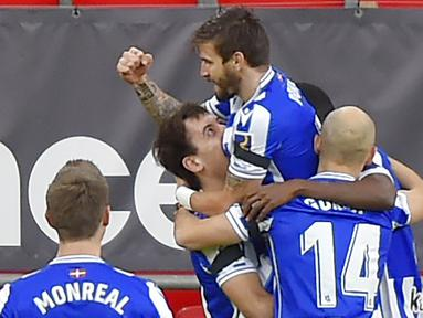 Para pemain Real Sociedad merayakan gol yang dicetak oleh Portu ke gawang Athletic Bilbao pada laga liga Spanyol di Stadion San Mames, Kamis (31/12/2020). Real Sociedad menang dengan skor 1-0. (AFP/Ander Gillenea)