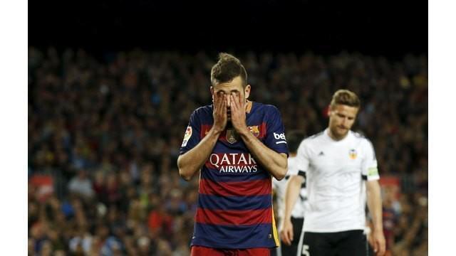 Barcelona menelan kekalahan di Camp Nou 1-2 dari Valencia dalam lanjutan kompetisi La Liga Spanyol, Minggu (17/4/2016). Akibatnya, posisi Barcelona sebagai pemimpin klasemen hanya terpaut selisih gol saja dengan Atletico Madrid.