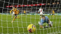 Gelandang Wolverhampton Wanderers, Pedro Neto, saat mencetak gol ke gawang Southampton pada laga lanjutan Liga Inggris di Molineux Stadium, Selasa (24/11/2020) dini hari WIB. Wolverhampton imbang 1-1 menghadapi Southampton. (AFP/Andrew Boyers/pool)