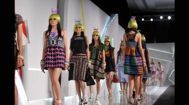 Model berjalan diatas catwak saat memperagakan koleksi terbaru desainer Lenny Agustin yang bertema Borneo off Beat dalam Indonesia Fashion Week 2015 di JCC Senayan, Jakarta, Sabtu (28/2). (Liputan6.com/Panji Diksana)