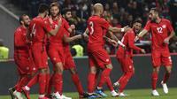 Para pemain Tunisia merayakan gol Fakhredine Ben Youssef saat melawan Portugal pada laga uji coba di Estadio Municipal de Braga, (28/5/2018) waktu setempat. Portugal dan Tunisia bermain imbang 2-2. (AP/Armando Franca)