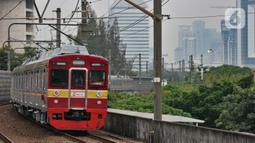 KRL saat melintas di Stasiun Juanda, Jakarta, Rabu (20/11/2019). Penambahan jumlah perjalanan KRL pada triwulan pertama pemberlakuan Gapeka 2019 ini sebanyak 86 rangkaian dan 906 perjalanan KRL dengan total sarana yang dioperasikan yaitu 1.100 unit kereta. (merdeka.com/Iqbal S. Nugroho)