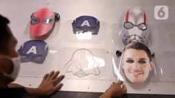 Pekerja memproduksi dummy face shield atau pelindung wajah karakter di Percetakan Bintang Sempurna, Bendungan Hilir, Jakarta, Rabu (24/6/2020). Pelindung wajah karakter tersebut dibanderol dengan harga Rp 35 ribu hingga Rp 50 ribu per buah. (Liputan6.com/Angga Yuniar)