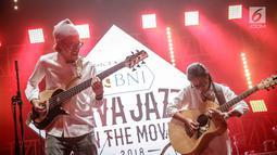 "Musisi Endah N Rhesa saat tampil dalam Java Jazz on The Move di Jakarta, Kamis (15/2). Duo musisi ini baru merilis singel berjudul ""Menua Bersama"" dalam Java Jazz Festival (JJF) 2018 pada 2-4 Maret 2018 di Jiexpo Kemayoran. (Liputan6.com/Faizal Fanani)"