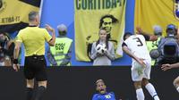 Neymar teriak meminta penalti saat Brasil melawan Kosta Rika di penyisihan grup Piala Dunia (GABRIEL BOUYS / AFP)