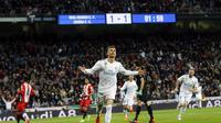 Striker Real Madrid, Cristiano Ronaldo, memborong empat gol saat mengalahkan Girona 6-3 dalam laga lanjutan La Liga 2017-2018 di Santiago Bernabeu, Senin (19/3/2018) dini hari WIB. (AP Photo/Paul White)