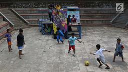 Anak-anak bermain bola di area Taman Puring , Jakarta, Jumat (11/1). Pemprov DKI Jakarta berencana merevitalisasi lima taman, diantaranya Taman Tebet, Taman Puring, Taman Tugu Tani, Taman Mataram, dan Taman Langsat. (Liputan6.com/Helmi Fithriansyah)
