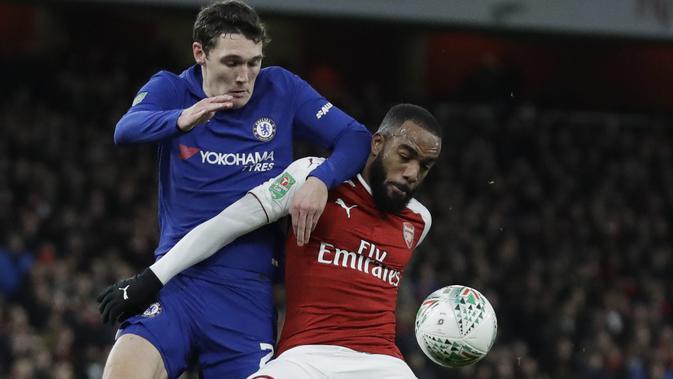 Pemain Arsenal, Alexandre Lacazette (kanan) mengamankan bola dari kejaran pemain Chelsea, Andreas Christensen pada laga semifinal Piala Liga Inggirs di Emirates stadium, London, (24/1/2018). Arsenal menang 2-1. (AP/Matt Dunham)