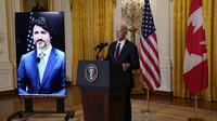 Presiden Joe Biden berbicara usai mengadakan pertemuan virtual dengan Perdana Menteri Kanada Justin Trudeau, di Ruang Timur Gedung Putih, Selasa, 23 Februari 2021, di Washington. (Foto AP / Evan Vucci)