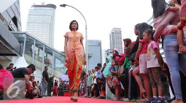 Pusat retail modern terkemuka di Indonesia, Sarinah merayakan Hari Batik Nasional pada hari Minggu, 2 Oktober 2016 yang akan berlangsung mulai pukul 06.00 WIB hingga 10.00 WIB yang mengambil tempat di lingkungan pertokoan. (Liputan6.com/Angga Yuniar)