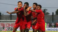 Timnas Indonesia U-22 merayakan gol ke gawang Madura United dalam laga uji coba di Stadion Gelora Bangkalan, Bangkalan, Selasa (12/2/2019). (Bola.com/Aditya Wany)