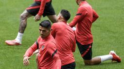 Penyerang Atletico Madrid, Luis Suarez melakukan pemanasan selama sesi latihan di stadion Wanda Metropolitano di Madrid, Selasa (14/9/2021). Atletico Madrid akan menjamu FC Porto di laga pembuka fase Grup B Liga Champions 2021-2022 pada Kamis dini hari, 16 September. (AP Photo/Manu Fernandez)