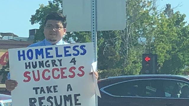 Seorang gelandangan melakukan cara unik mencari pekerjaan, dan hal itu membuahkan tawaran langsung dari Google. (Twitter: Jasmine Scofield)