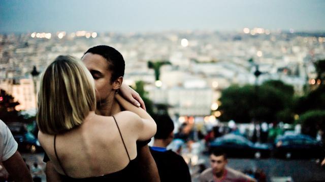 Alasan Pasangan Suka Bermesraan di Depan Umum - Health