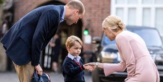 Pangeran George, kini sudah berusia 4 tahun dan sudah mulai bersekolah. Di hari pertama menginjakan kaki di sekolahnya itu, George ditemani Pangeran William, namun ibunya, Kate masih harus beristirahat. (Instagram/kensingtonroyal)