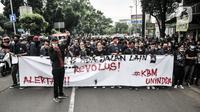 Mahasiswa Universitas Indraprasta atau Unindra menggelar longmarch menolak UU Cipta Kerja di Jalan TB Simatupang, Jakarta, Rabu (7/10/2020). Sekitar 200 mahasiswa Unindra longmarch sebagai bentuk kekecewaan atas pemerintah dan DPR yang telah mengesahkan UU Cipta Kerja. (merdeka.com/Iqbal S. Nugroho)