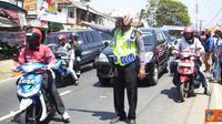 Citizen6, Garut: Polsek Malangbong beserta Polres Garut, terapkan One Way di pasar tumpah Lewo, Desa Sukaratu, Kecamatan Malangbong, Garut. (Pengirim: Dede Dian Iskandar)
