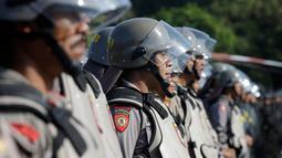 Petugas Kepolisian RI mengikuti apel kesiapan pengamanan gelaran Annual Meetings IMF-World Bank di Bali, Kamis (4/10). Indonesia menjadi tuan rumah Pertemuan tahunan IMF dan Bank Dunia yang dilaksanakan pada 8 - 14 Oktober 2018. (AP/Firdia Lisnawati)