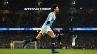 Gelandang Manchester City, Leroy Sane, merayakan gol yang dicetaknya ke gawang Liverpool pada laga Premier League di Stadion Etihad, Manchester, Kamis (4/1). City menang 2-1 atas Liverpool. (AFP/Oli Scarff)
