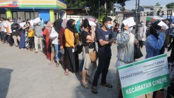 FOTO: Warga Antusias Ikuti Vaksinasi Covid-19 di Kantor Kecamatan Cinere Depok