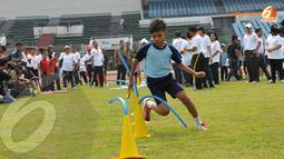 Panasnya terik matahari tidak menyurutkan anak-anak peserta pelatihan atletik untuk terus berlatih di Stadion Madya Senayan Jakarta (Liputan6.com/Helmi Fithriansyah)