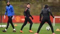 Kiper MU, David de Gea (kiri), striker Alexis Sanchez (Tengah) dan Juan Mata saat mengikuti latihan di kompleks pelatihan klub di dekat Carrington, Inggris (12/3). Pada leg pertama MU bermain imbang 0-0 di kandang Sevilla. (AFP Photo/Oli Scarff)