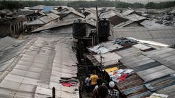 Warga menuruni tangga di permukiman informal Urualla di Port Harcourt, Nigeria selatan (14/2). Ini akan menjadi pemilu keenam yang diadakan Nigeria sejak transisi dari militer ke pemerintahan demokratis sipil pada tahun 1999. (AFP Photo/Yasuyoshi Chiba)