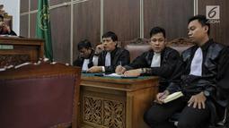 Kuasa hukum terdakwa Gatot Brajamusti saat menjalani sidang putusan kasus kepemilikan senjata api ilegal dan satwa liar di PN Jakarta Selatan, Kamis (12/7). Dalam sidang tersebut Gatot Brajamusti tidak hadir. (Liputan6.com/Faizal Fanani)