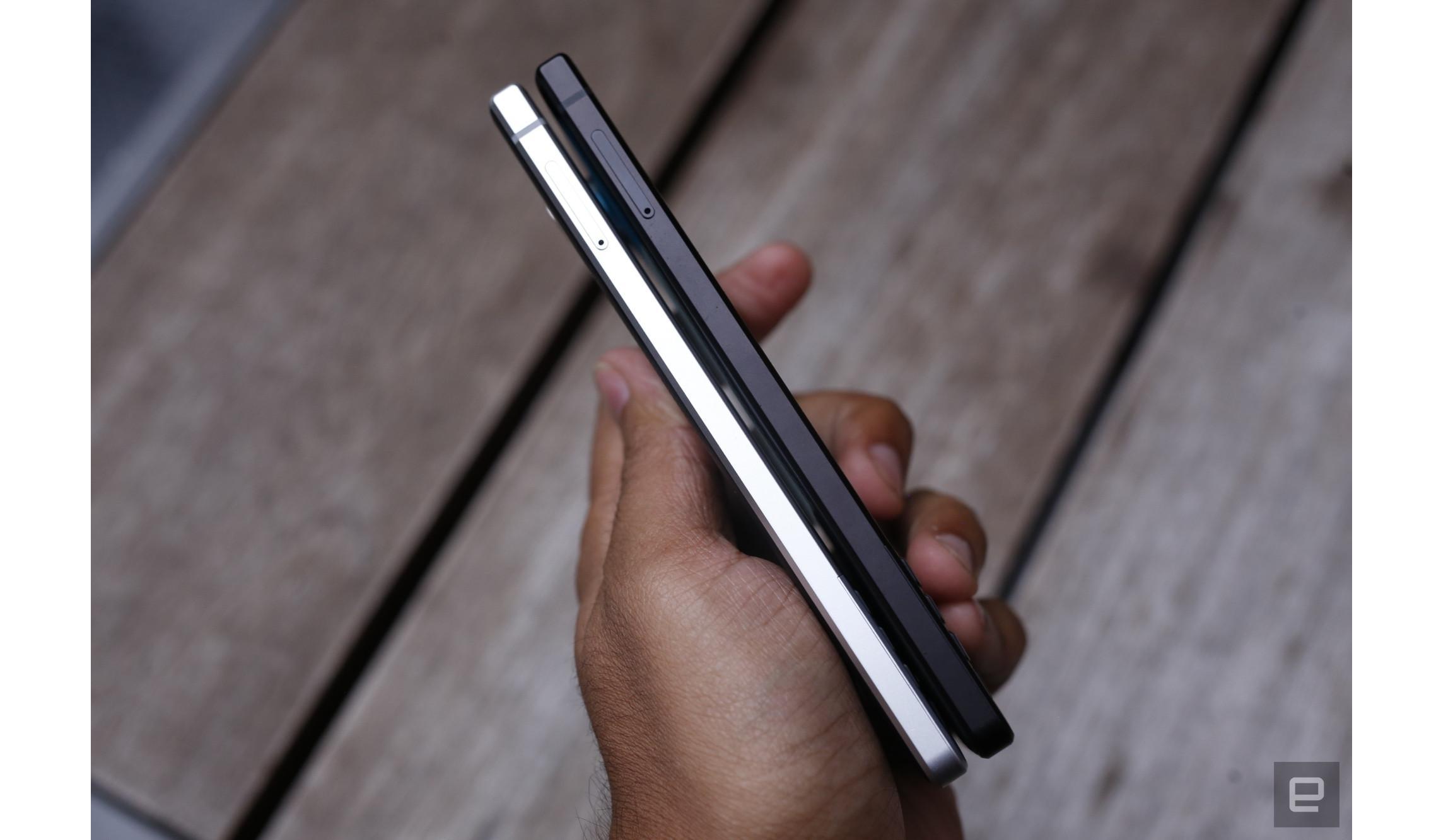 Sisi kiri BlackBerry Key2 terdapat slot sim card (Foto: Engadget/Chris Velazco)