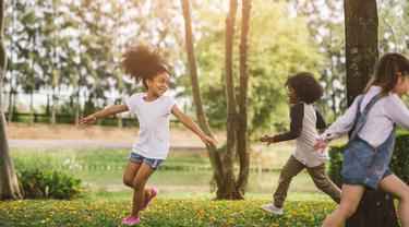 Anak bermain di luar