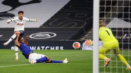 Striker Tottenham Hotspur, Son Heung-Min, berusaha mencetak gol ke gawang Everton pada laga lanjutan Premier League di Tottenham Stadium, Selasa (7/7/2020) dini hari WIB. Tottenham menang 1-0 atas Everton. (AFP/Richard Heathcote/pool)