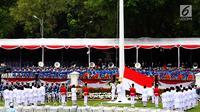 Pasukan Pengibar Bendera Pusaka (Paskibraka) bersama Pasukan Pengamanan Presiden (Paspampres) mengibarkan bendera Merah Putih dalam Upacara Peringatan Detik-detik Proklamasi 17 Agustus di Istana Merdeka, Jakarta, Kamis (17/8). (Liputan6.com/Pool)