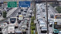 Sejumlah kendaraan memadati Jalan Tol Jakarta-Cikampek di kawasan Cawang, Jakarta, Sabtu (22/10). Tarif Tol Jakarta-Cikampek naik mulai berlaku pada Minggu, 23 Oktober 2016 pukul 00.00 WIB. (Liputan6.com/Helmi Affandi)
