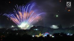 Pesta kembang api saat malam Tahun Baru 2019 di kawasan Candi Prambanan, Klaten, Yogyakarta, Selasa (1/1). Kembang api warna-warni memeriahkan datangnya Tahun Baru 2019. (Liputan6.com/Gholib)