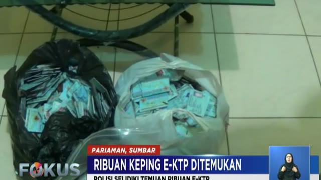 KTP elektronik yang terbungkus dalam dua kantong plastik ini diamankan polisi setelah adanya laporan dari masyarakat tentang penemuan KTP tersebut.