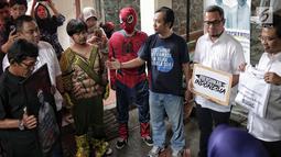 Perwakilan Tim Kampanye Nasional (TKN) Joko Widodo-Ma'ruf Amin menerima massa aksi yang tergabung dalam gerakan #BersihkanIndonesia berkostum tokoh superhero di markas pemenangan Jokowi - Ma'ruf, Jakarta, Rabu (13/2).(Kedaiwebsite.id)