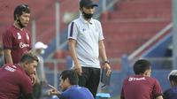 Joko Susilo saat memberi arahan pemain Persik di jeda pertandingan kontra Persipura. (Bola.com/Gatot Susetyo)