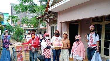 Relawan Solmet membagikan sejumlah paket sembako untuk terdampak Covid-19 di Jakarta.