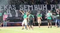 Sekelompok Bonek kemudian masuk lapangan dalam leg pertama perempat final Piala Indonesia 2018 antara Persebaya versus Madura United di Stadion Gelora Bung Tomo (GBT), Surabaya, Rabu (19/6/2019). (Bola.com/Aditya Wany)