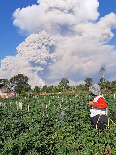 Penampakan Gunung Sinabung Semburkan Awan Panas