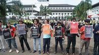 Sejumlah jurnalis dan pekerja media menggelar aksi damai memperingati Hari Buruh Internasional di Bandung, Rabu (1/5/2019). (Huyogo Simbolon)