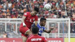 Bek Persija Jakarta, Ryuji Utomo, menyundul bola saat melawan Becamex Binh Duong pada laga Piala AFC di SUGBK, Jakarta, Selasa (26/2). Kedua klub bermain imbang 0-0. (Bola.com/M. Iqbal Ichsan)