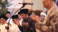Presiden Joko Widodo berdoa bersama para kiai dan habib se-Jadetabek di Istana Negara, Jakarta, Kamis (7/2). Kepada Jokowi, para ulama dan habib mengaku prihatin atas merebaknya fitnah dan hoaks yang memicu perpecahan. (Liputan6.com/Angga Yuniar)