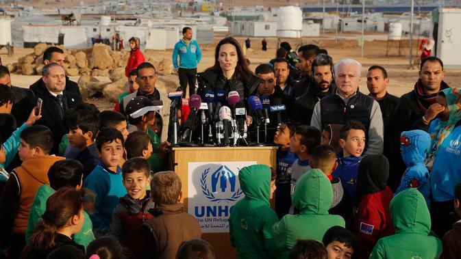 Utusan khusus lembaga pengungsi PBB, aktris Angelina Jolie mengadakan konferensi pers saat berkunjung ke Kamp Pengungsi Zaatari di Mafraq, Yordania, Minggu (28/1). Konflik Suriah sudah berlangsung sekitar delapan tahun terakhir. (Khalil MAZRAAWI/AFP)