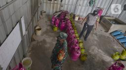 Petugas saat mengecek tempat pengoplosan gas subsidi LPG 3 Kg menjadi gas 12 kg di Meruya Utara, Jakarta Barat, Selasa (6/4/2021). Dari hasil Penyelidikan polisi berhasil mengungkap tiga tempat pengoplosan gas di wilayah Meruya. (merdeka.com/Imam Buhori)